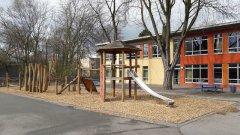 Schulhof-Rutsche.jpg